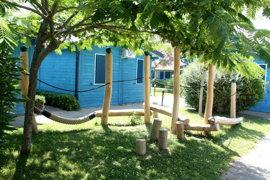 Nuovi giochi per i giardini scolastici: il Comune ha acquistato strutture per 80 mila euro