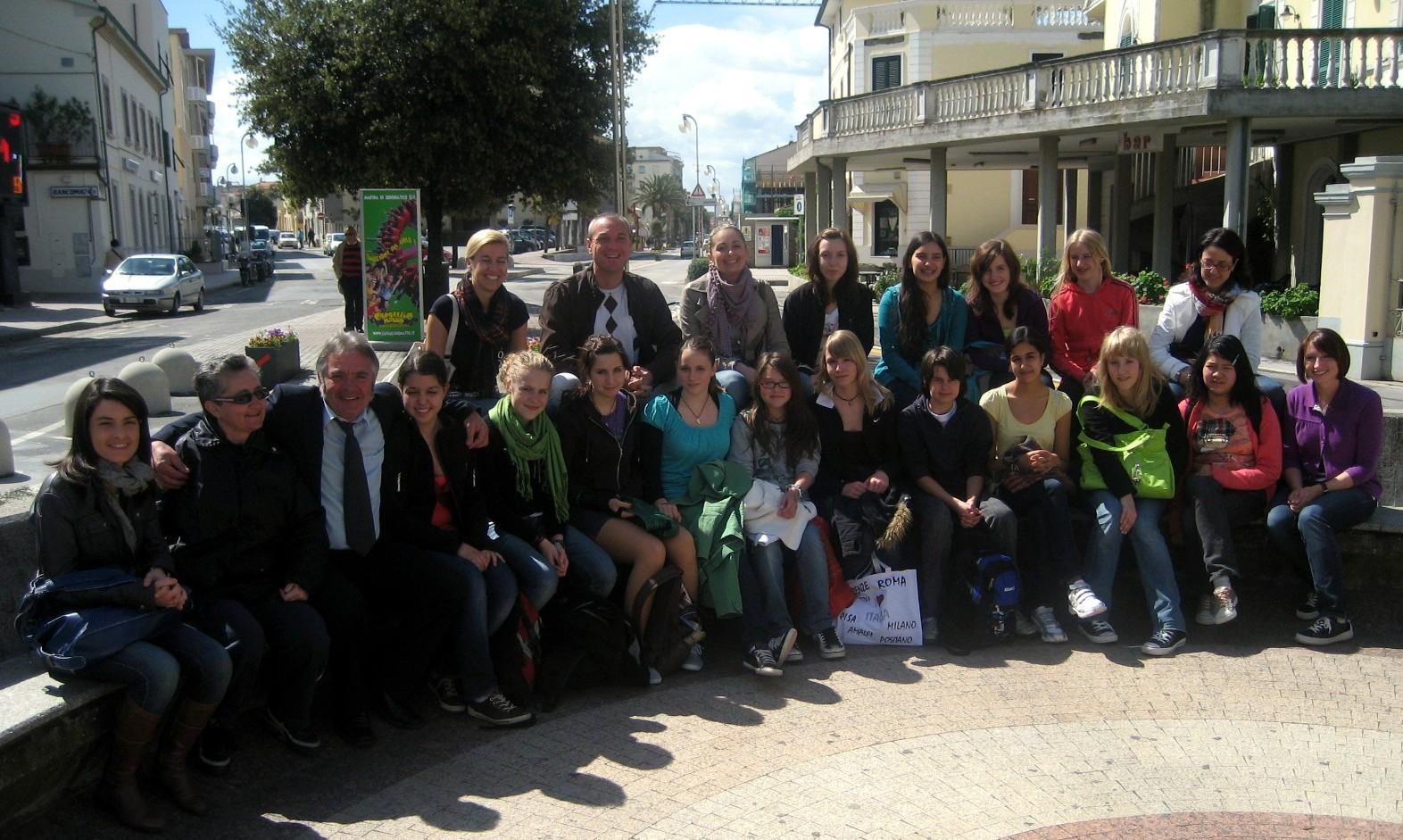 Foto di gruppo dei ragazzi tedeschi ospiti a San Vincenzo con gli amministratori di San Vincenzo