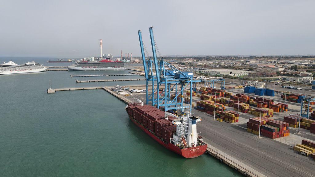 Container, nel porto di Civitavecchia con Rif Line parte il primo collegamento diretto Cina-Italia